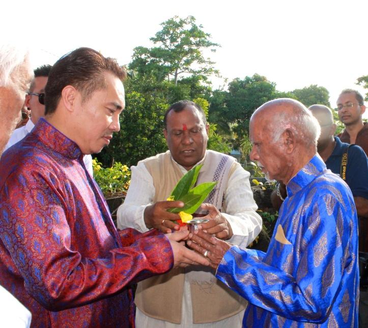 La rencontre des pères, celui du marié accueille celui de la mariée