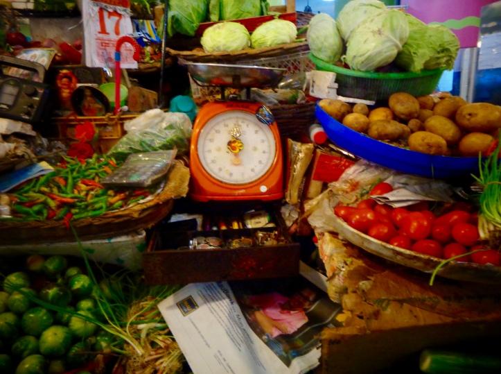 parvenez -vous à voir les objets religieux au milieu des légumes (en haut à gauche) ???